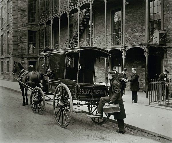 Ambulancias tirada por caballos del Hospital Bellevue (New York, 1895)